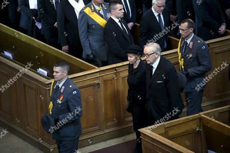 Former president of Finland Martti Ahtisaari and spouse Eeva Ahtisaari leave with the funeral procession of late President of Finland Mauno Koivisto from the Helsinki Cathedral