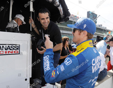 Three-time Indy 500 champion Dario Franchitti, left, of Scotland, talks with Scott Dixon, of New Zealand, during the final practice session for the Indianapolis 500 IndyCar auto race at Indianapolis Motor Speedway, in Indianapolis