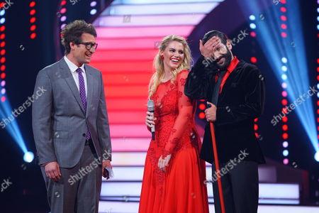 Angelina Kirsch and Massimo Sinato wife Moderator Daniel Hartwich (l.).