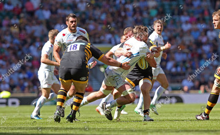 Geoff Parling of Exeter Chiefs drives into contact