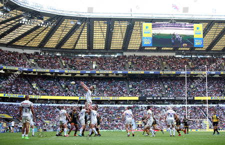 Geoff Parling of Exeter Chiefs goes up for a lineout against the backdrop of a full Twickenham