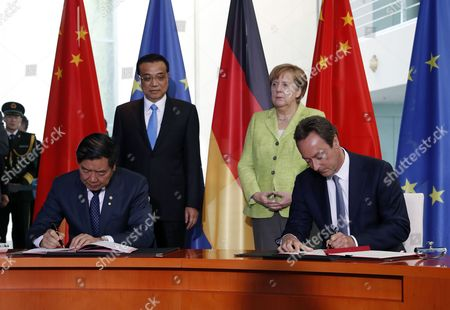 German Chancellor Angela Merkel (2R) and Premier Minister Li Keqiang (2L) attend the contract signing from CEO of Airbus, Fabrice Bregier (R) and the Chairman of the National Development and Reform Commission, He Lifeng (L), in the Chancellery in Berlin, Germany, 01 June 2017. Merkel and Li will also take part later in a German-Chinese forum. The bilateral and economic relations, foreign policy issues and the G20 summit in July will be discussed.