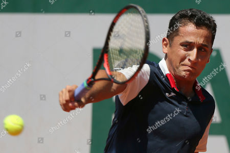 Spain's Nicolas Almagro plays a shot against Argentina's Juan Martin del Potro during their second round match of the French Open tennis tournament at the Roland Garros stadium, in Paris, France
