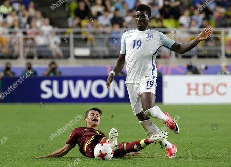 England's Sheyi Ojo, right, takes the ball away from Venezuela's Ronaldo Lucena during the final of the FIFA U-20 World Cup Korea 2017 at Suwon World Cup Stadium in Suwon, South Korea