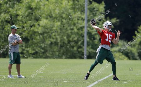New York Jets quarterbacks coach Jeremy Bates, left, watches as Josh McCown throws a pass during NFL football practice, in Florham Park, N.J