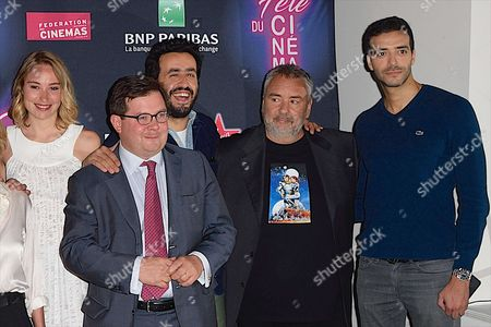 Deborah Francois, guest, Eric Lartigau, Jonathan Cohen, Luc Besson and Tarek Boudali
