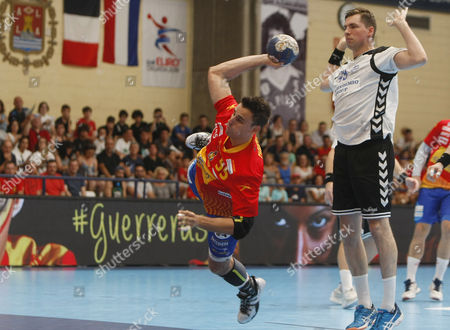 Spanish handball national team player Adrian Figueras (C) in action against Ben Weber (R) of Finland during their 2018 Men's European Championship qualification game at Pitiu Rochel sport pavilion, in Alicante, eastern Spain, 17 June 2017.