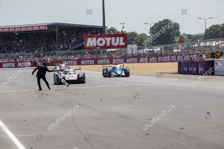 Timo BERNHARD DEU, takes the chequered flag during the 24 Hours of Le Mans 2017 race at Le Mans, Le Mans