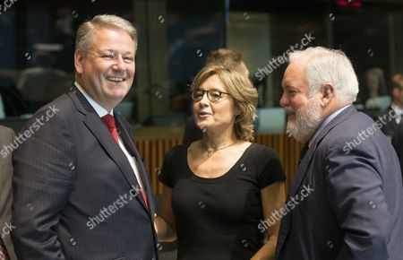 (L-R) Austria's Federal Minister of Agriculture, Forestry, Environment and Water Management, Andra Rupprechter, Spanish Agriculture and Fisheries Minister Isabel Garcia Tejerina and European Commissioner for climate action and energy Miguel Arias Canete during the European council of environment ministers in Luxembourg, 19 June 2017.