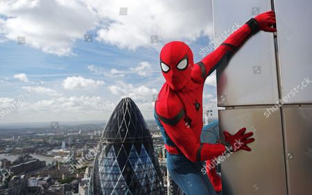Spider-Man: Homecoming stunt double Chris Silcox wearing one of the actual suits featured in the new film, appeared to scale the Heron Tower when he stopped by SUSHISAMBA for a breathtaking city view. The stunt took place ahead of the 5th July release of Spider-Man: Homecoming.
