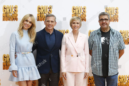 US actress and cast member Kristen Wiig (2-R), actor Steve Carrell (2-L) pose next to Spanish dubbing actres Patricia Conde (L) and actor Florentino Fernandez pose for photographers during the presentation of the film 'Despicable Me 3' in Madrid, Spain, 20 June 2017. The film opens in Spanish cinemas on 30 June.