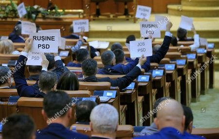 Romanian opposition lawmakers rise banners reading 'Shame PSD' during a no-confidence vote, at Parlament Palace in Bucharest, Romania, 21 June 2017. Sorin Grindeanu cabinet was ousted by a no-confidence vote in which 241 lawmakers from a total of 251 voted against his government. The ruling party PSD (Social Democracy Party) withdrew political support for Grindeanu governemnt on 14 June, after six months activity. PSD leader Liviu Dragnea stated that Sorin Grindeanu and his team had failed to respect the party's governing program, and he does not have the party's support. Grindeanu defended his cabinet announcing he will not resign unless PSD party leader Liviu Dragnea resign.