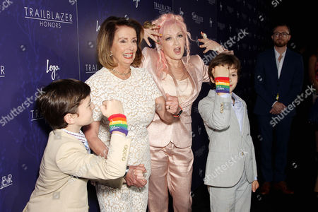Nancy Pelosi poses with her grandchildren Thomas Vos (L) and Paul Vos (R), Cyndi Lauper