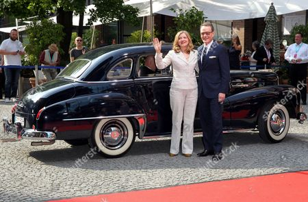 Stock Photo of Bryan Cranston and Robin Swicord, Ankunft mit US Oldtimer Baujahr 1939,.