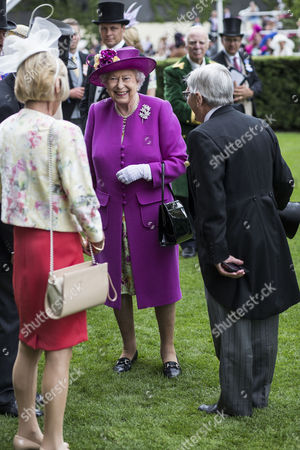 Queen Elizabeth II chats with Willie Carson after the presentation of the Diamond Jubilee Stakes.