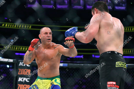 Chael Sonnen, Wanderlei Silva Wanderlei Silva, of Brazil, left, stalks Chael Sonnen during a mixed martial arts bout at Bellator 180 early, in New York. Sonnen won via unanimous decision