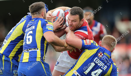 Cats KEEGAN HIRST TRIES TO ESCAPE THE PACK OF WOLVES   Pix Magi Haroun 01.07.2017 RUGBY SUPERLEAGUE ROUND 20 WAKEFIELD TRINITY WILDCATS V WARRINGTON  WOLVES