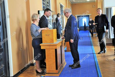 Eiki Nestor casts vote for the election