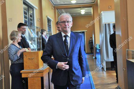 Eiki Nestor walks through corridor after casting vote
