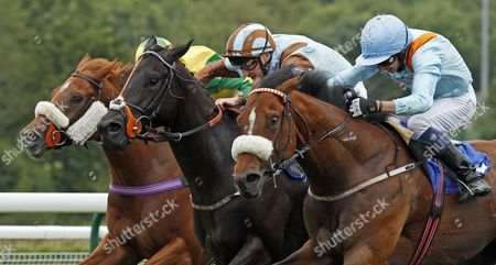 ZAPPER CASS (centre, Josh Doyle) beats LEXINGTON TIMES (nearside) and SOCIALITES RED (left) in The 32Red Handicap Nottingham