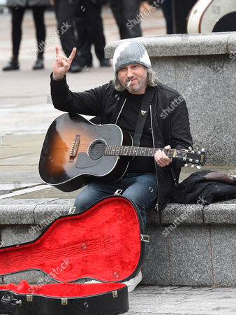 Damon Gough (Badly Drawn Boy) makes a cameo in Cold Feet