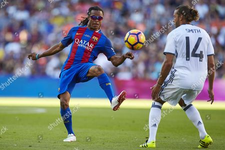 FC Barcelona's legend Dutch midfielder Edgar Davids (L) vies for the ball with Will Smith (R) of Manchester United's legends during the friendly match against Manchester United's legends played at Camp Nou stadium in Barcelona, Catalonia, Spain, 30 June 2017.