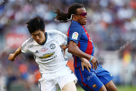 Park Ji-Sung of Manchester United and Edgar Davids of FC Barcelona.