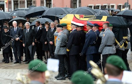 (L-R) the widow Maike Kohl-Richter, former US president Bill Clinton, European Commission President Jean-Claude Juncker, German journalist Kai Diekmann, Elke Buedenbender and German President Frank-Walter Steinmeiner pay their respect as soldiers carry the coffin of late former Chancellor Helmut Kohl in front of the Cathedral after the Pontifical Requiem for late former chancellor Helmut Kohl in the Speyer Cathedral in Speyer, Germany, 01 July 2017. Kohl, widely regarded as the father of German reunification in 1990, died on 16 June 2017 at his home in Ludwigshafen, Germany. He was the sixth chancellor of the Federal Republic of Germany from 1982 to 1998.