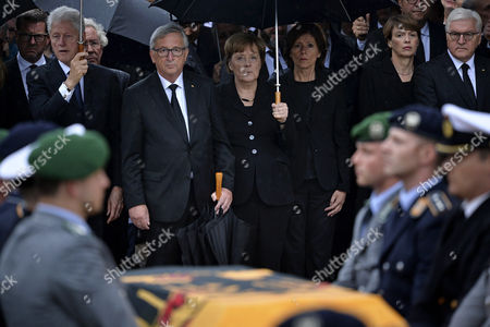 (L-R) Journalist Kai Diekmann, former US president Bill Clinton, European Commission President Jean-Claude Juncker, German chancellor Angela Merkel, Bundesrat President Malu Dreyer, Elke Buedenbender and German President Frank-Walter Steinmeier attend the military honors for late former chancellor Helmut Kohl in Speyer, Germany, 01 July 2017. Kohl, widely regarded as the father of German reunification in 1990, died on 16 June 2017 at his home in Ludwigshafen, Germany. He was the sixth chancellor of the Federal Republic of Germany from 1982 to 1998.
