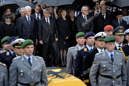 (L-R) Widow Maike Kohl-Richter, former US president Bill Clinton, journalist Kai Diekmann, European Commission President Jean-Claude Juncker, German chancellor Angela Merkel, Bundesrat President Malu Dreyer, Elke Buedenbender and German President Frank-Walter Steinmeier attend the military honors for late former chancellor Helmut Kohl in Speyer, Germany, 01 July 2017. Kohl, widely regarded as the father of German reunification in 1990, died on 16 June 2017 at his home in Ludwigshafen, Germany. He was the sixth chancellor of the Federal Republic of Germany from 1982 to 1998.