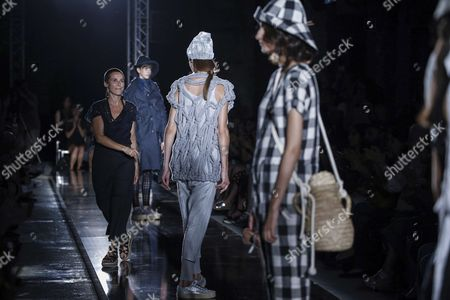 Miriam Ponsa and models on the catwalk