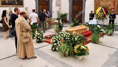 Stock Image of A sign reading 'Up there it won't rain anymore' is on display next to the coffin of Italian actor Paolo Villaggio as people pay their respects inside the City Hall in Rome, Italy, 05 July 2017. A non-religious funeral will be held at Rome's Casa del Cinema (Home of Cinema) center later the same day. Italian actor, writer and director Paolo Villaggio, one of the greats of the Italian comedy, died at a Rome clinic on 03 July at the age of 84.