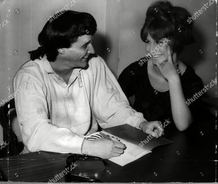 Singer Pj Proby Went To Hornsey Art College At The Invitation Of The Girl Students Who Wanted To Interview Him For Their Own Magazine.he Is Signing An Autograph For 18 Year Old Anita Gudgeon Of Cheshunt
