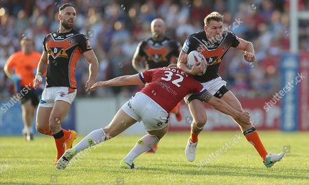 Tiger MICHAEL SHENTON TRIES TO AVOID Cats DEAN HADLEY   Pix Magi Haroun 06.07.2017 RUGBY SUPERLEAGUE ROUND 21 WAKEFIELD TRINITY WILDCATS V CASTLEFORD TIGERS