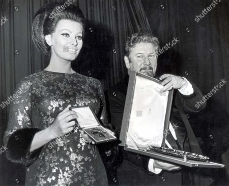 1965. Sophia Loren Actress.. Actor Peter Ustinov (died March 2004) Reveals The Alexander Korda Star A New Award By The British Film Institute To Sophia Loren At The Empire Theatre In Leicester Square.... Actresses Films.