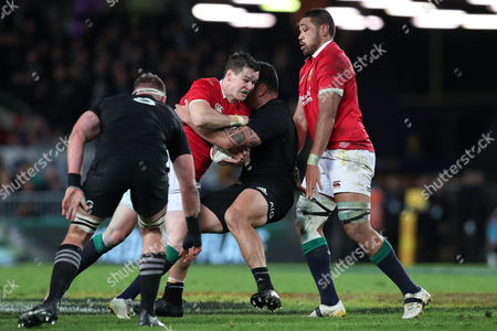 Jonathan Sexton is tackled by Israel Dagg
