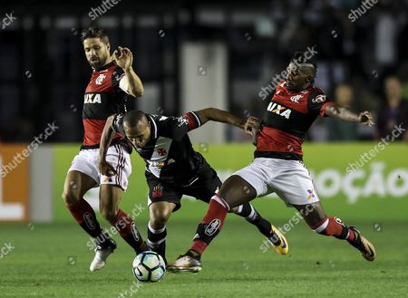 Flamengo's Diego (L) and Rodinei (R) vie for the ball with Luis Fabiano (C) of Vasco de Gama during their Brazilian Championship match at the Sao Januario stadium in Rio de Janeiro, Brazil, 08 July 2017.
