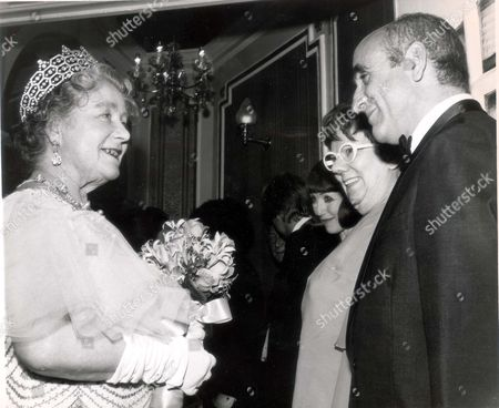 Queen Elizabeth (queen Mother) (dead 3/2002) In 1972 Queen Elizabeth The Queen Mother Meets Alf Garnett (warren Mitchell) And His 'wife' (dandy Nichols) After Royal Variety Performance At The London Palladium. Una Stubbs Who Plays The Daughter Is Seen Third From Right.