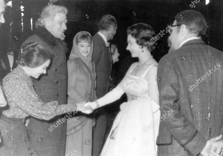 30th July 1962. Sir Laurence Olivier (right) Introduces Queen Elizabeth II To His Wife Joan Plowright (second Left) And Andre Morell (3rd Left). At Chichester Festival Theatre After A Performance Of Anton Checkov's 'uncle Vanya.' The Queen Who Was Accompanied By Prince Philip Prince Philip Wore A Dress Of Pale Gold Satin And During The Intervals Joined Other Guests For Refreshments In A Marquee On The Lawn Outside The Theatre. Dame Joan Plowright (dbe 1/04)