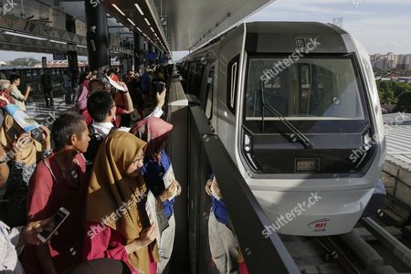 Malaysian commuters waiting for a train on second phase of the first Mass Rapid Transit (MRT) Line at Kajang, Malaysia, 17 July 2017. The Sungai Buloh ? Kajang line has 31 stations out of which seven are underground and spans 51km. Malaysian Minister of Transport Liow Tiong Lai said on press statement on 17 July, that once the Semantan ? Kajang route is fully operational, the MRT Line 1 will transport an average of 150,000 passengers a day ? a drastic increase from the 15,000 passengers currently being transported.