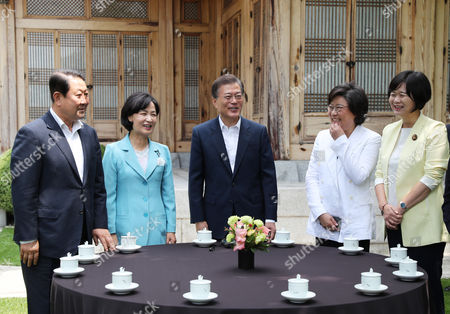 South Korean President Moon Jae-in (C) talks with the leaders of four major political parties, Park Joo-sun (L) of the minor opposition People's Party, Choo Mi-ae (2-L) of the ruling Democratic Party, Lee Hye-hoon (2-R) of the splinter conservative Bareun Party and Lee Jeong-mi (R) of the progressive Justice Party, prior to a luncheon at the presidential office Cheong Wa Dae (Blue House) in Seoul, South Korea, 19 July 2017. Moon proposed the meeting to explain the outcome of the recent Group of 20 summit held in Germany where he also held a series of bilateral talks with key global leaders, including Chinese President Xi Jinping and Japanese Prime Minister Shinzo Abe.