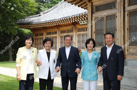 South Korean President Moon Jae-in (C) meets the leaders of four major political parties, Choo Mi-ae (2-R) of the ruling Democratic Party, Park Joo-sun (R) of the minor opposition People's Party, Lee Hye-hoon (2-L) of the splinter conservative Bareun Party and Lee Jeong-mi (L) of the progressive Justice Party, prior to a luncheon at the presidential office Cheong Wa Dae (Blue House) in Seoul, South Korea, 19 July 2017. Moon proposed the meeting to explain the outcome of the recent Group of 20 summit held in Germany where he also held a series of bilateral talks with key global leaders, including Chinese President Xi Jinping and Japanese Prime Minister Shinzo Abe.