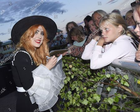 Linda Carlsson and fans