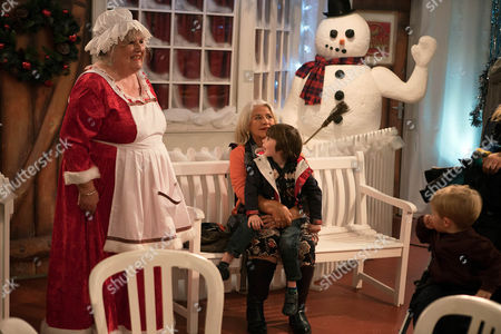 Ep 7701 Thursday 22 December 2016 - 1st Ep Everyone waits to see Santa at the factory but Lisa Dingle's, as played by Jane Cox, unimpressed when Zak Dingle, as played by Steve Halliwell, admits he hasn't told Joanie Dingle, as played by Denise Black, about his new job as little Kyle waits in line. Will Zak be caught out or will Ronnie, as played by John McArdle, come to his rescue?