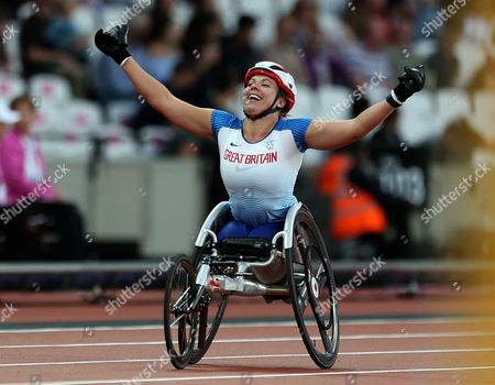 Hannah Cockroft of Great Britain celebrates after winning gold in the Womens 400m T34 Final