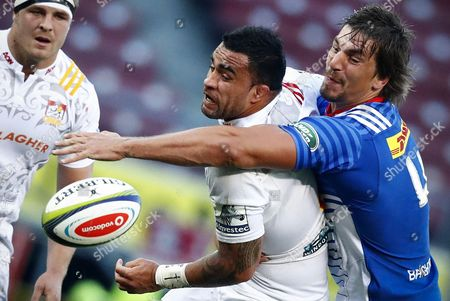 Eben Etzebeth (R) from the Stormers tackles Liam Messam (C) from the Chiefs during the Super Rugby quaterfinal match between the Chiefs of New Zealand and the Stormers of South Africa at Newlands Stadium in Cape Town, South Africa, 22 July 2017.