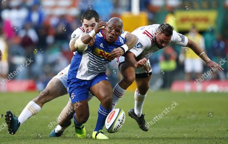 Bongi Mbonambi (C) from the Stormers is tackled by Aaron Cruden (R) and Stephen Donald (L) from the Chiefs during the Super Rugby quaterfinal match between the Chiefs of New Zealand and the Stormers of South Africa at Newlands Stadium in Cape Town, South Africa 22 July 2017.