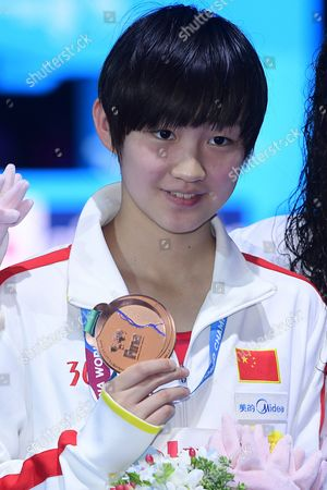 Bronze medal winner Bing Je Li of China poses with her medal during the awarding ceremony for the women's 400-meter final of the World Aquatics Championships in Budapest, Hungary, 23 July 2017.