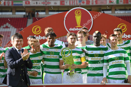 Celtic lift the Dafabet cup after beating Sunderland 5-0 presented to them by snooker player Jimmy White (left)