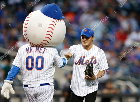 Mr. Met, Jang Dong Gun South Korean actor Jang Dong Gun greets Mr. Met, the Mets mascot, after throwing out the ceremonial first pitch before a baseball game between the New York Mets and the Los Angeles Dodgers, in New York